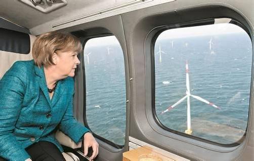 Kanzlerin Angela Merkel über einem Windpark. Foto: DAPD