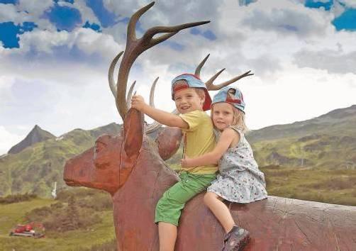 Keine Angst vor großen Tieren zeigten Pia und Liv aus Weiler. Schließlich war der Hirsch aus Holz und daher ganz zahm. Fotos: vn/paulitsch