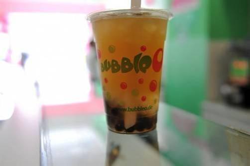 Kultgetränk mit bunten Kügelchen: Bubble Tea. Foto: Dapd