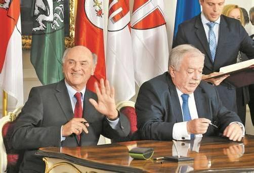 Ländervertreter Pröll (l.) und Häupl: Steuerhoheit würde träge Verwaltung antreiben, sagt Experte. Foto: DAPD