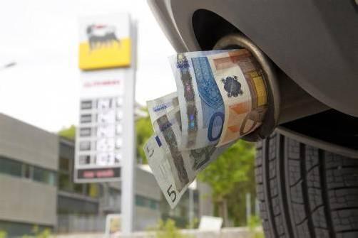 Laut dem VCÖ stecken die Österreicher, unter Berücksichtigung der Kaufkraft, weniger Geld in ihren Tank als andere Europäer. Foto: vn/paulitsch