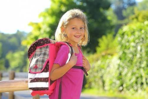 Durchschnittlich fünf bis sechs Kilo schleppt bereits ein Grundschüler jeden Tag auf dem Schulweg mit sich.  Foto: VN/Hofmeister