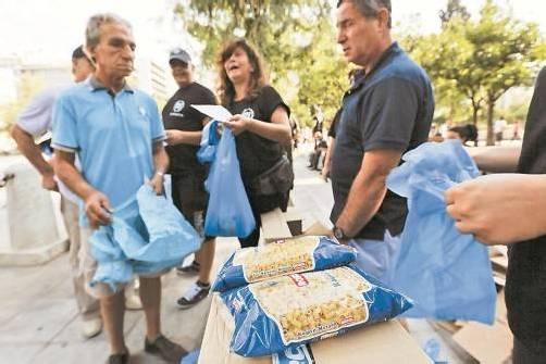 Lebensmittelverteilung in Athen: Viele Griechen können sich nicht einmal mehr das Essen leisten. Foto: Reuters