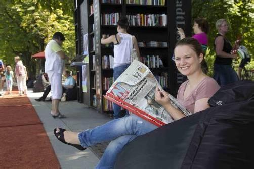 """Martina Metzler mag diesen Ferialjob sehr. Die VN gibt's natürlich auch täglich beim """"Stadtlesen"""". Fotos: vn/paulitsch"""