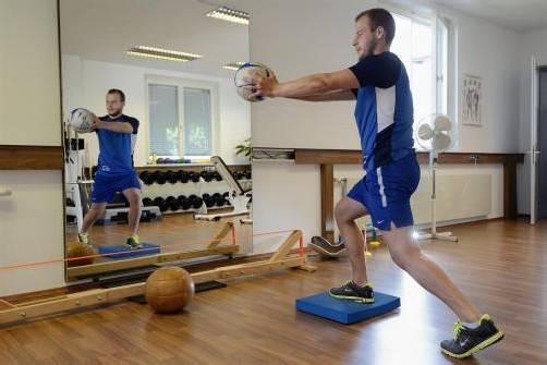 Matthias Hopfer bei Streckungsübungen im Fitnessstudio . . .