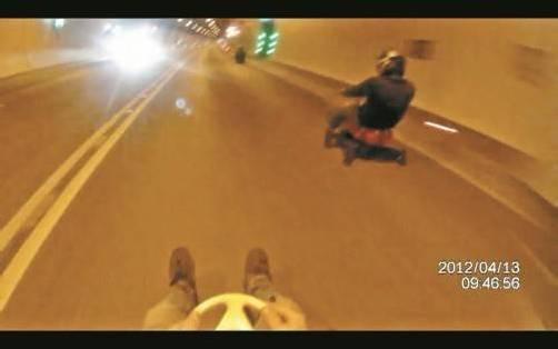 Mit Bobby-Cars durch den Tunnel: Das Video, das gestern im Internet aufgetaucht ist, wurde im April 2012 mit einer Helmkamera aufgenommen.