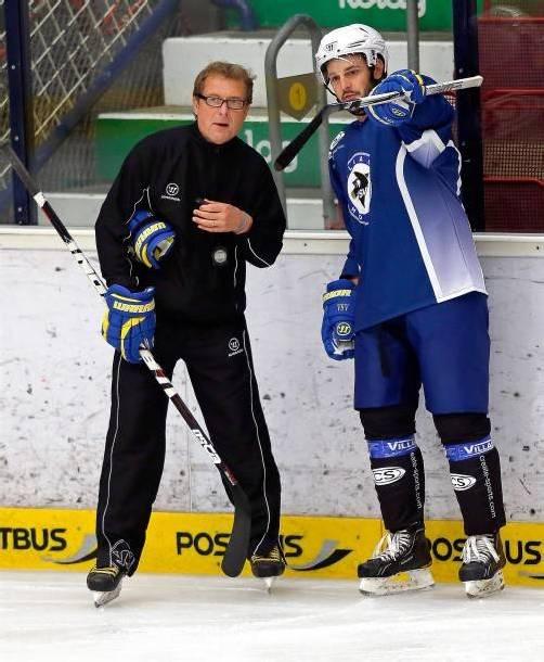 Nach langem Tauziehen kann Villach-Trainer Hannu Järvenpää (l.) auf Derek Ryan (r.) setzen. gepa