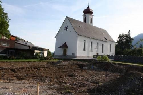 Neben der Kirche wird das neue Krumbacher Mehrzweckhaus entstehen.