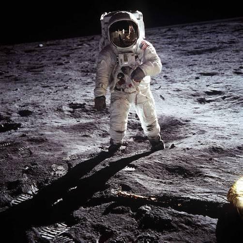 """Neil Armstrong (l.) betrat 1969 kurz vor seinem Kollegen Edwin """"Buzz"""" Aldrin (gr. Bild) als erster Mensch den Mond und ging damit in die Geschichte ein. Fotos: Reuters; dapd"""