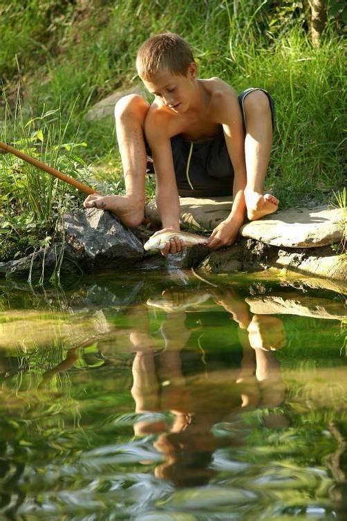 Petri Heil - Eigentlich wollte heute der Angelo aus Egg, bei diesem sommerlichen Wetter in die Bregenzerache baden, aber die Wassertemperatur war ihm dann doch etwas zu kalt. Daher hat er sich fürs Fischen entschieden, und auch gleich eine Forelle gefangen.; Angelo mit Fisch