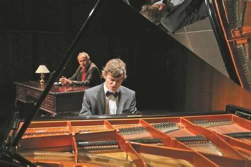 Pianist Aaron Pilsan spielt nachhörend mit ausgefeilter Anschlag- und Pedaltechnik. Foto: BF/Köhler