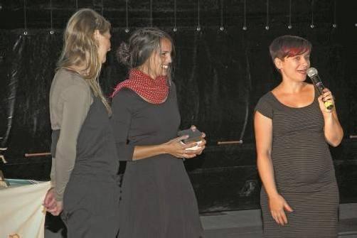 Preisträgerin Janine Barbisch (rechts) mit Jurymitglied Jasmin Rischar. Foto: Alpinale