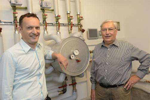 Rembert (r.) und Christian Zortea mit einer Zortström-Anlage. Foto: Stiplovsek