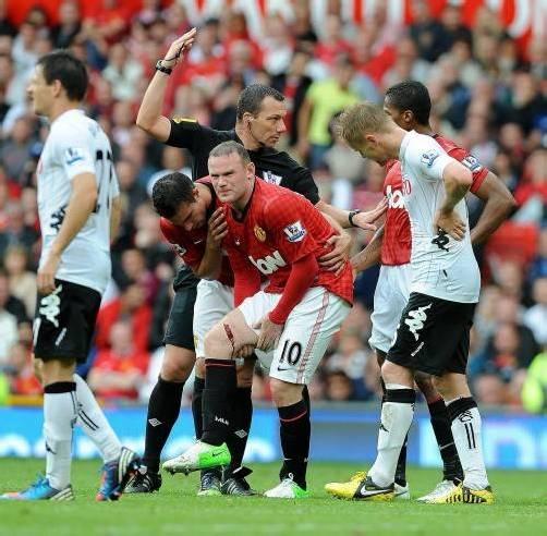 Ryan Giggs kümmert sich um Wayne Rooney (r.). Foto: epa