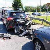 Auffahrunfall: Motorradfahrer eingeklemmt