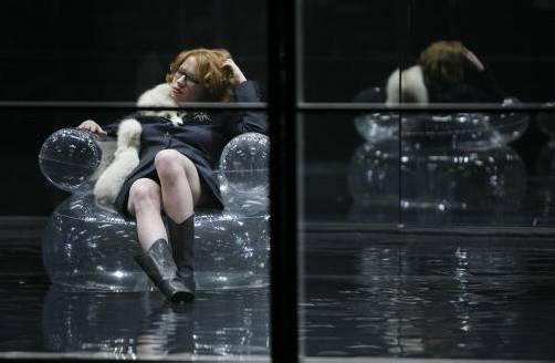 Shakespeares Lady Macbeth landet bei Olga Flor im Heute. Unser Bild zeigt Birgit Minichmayr als Lady am Akademietheater. Foto: AP