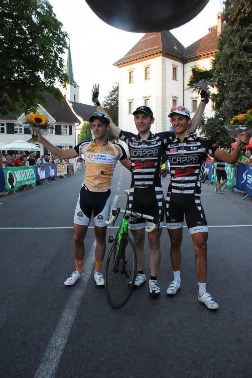 Siegerfoto des Radkriteriums in Hohenems: Fabian Danner (l.) und Florian Bissinger (r.) flankieren den Sieger RenéWeissinger. Foto: akp