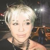 Miley Cyrus mit Rocker-Frisur