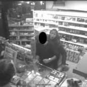 Tankstelle überfallen: Räuber hielt Kunden Messer an den Hals