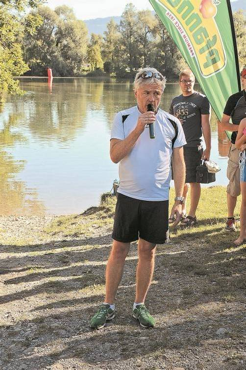 Thomas Bader erklärt vor dem Start des Triathlons die Regeln. Foto: akp
