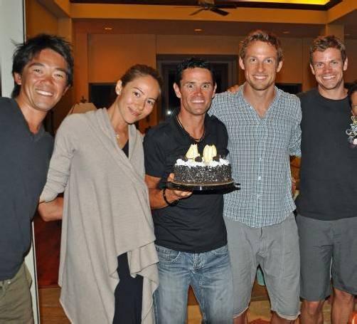 Thomas Vonach (Mitte) bei seinem 40. Geburtstag mit Jenson Button (rechts von Vonach) und dessen Lebensgefährtin Jessica Michibata sowie weiteren Triathlon-Trainingskollegen. Foto: privat