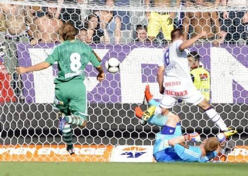 Tomas Simkovic (rechts) trifft im Wiener Derby gegen Rapid zum 3:0-Endstand. Foto: apa