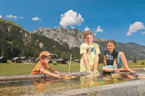 Valentin, Eric und Lilian fühlen sich im Urlaub pudelwohl – der Nenzinger Himmel ist aber nicht nur für Kinder ein Paradies. Fotos: Ludwig Berchtold