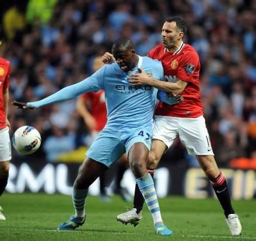 Yaya Toure (l.) im Duell mit Uniteds Rekordmann Ryan Giggs. epa