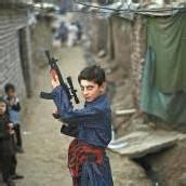 Mit Spielzeugwaffe zum Fastenbrechen in Pakistan