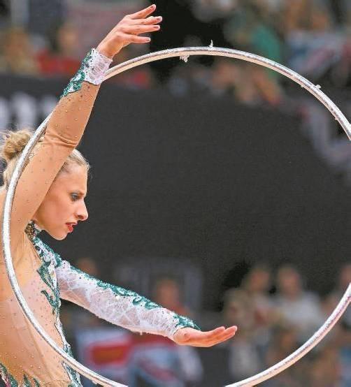 Über die beiden Vorstellungen von Caroline Weber mit Ball und Reifen freute sich Trainerin Lucia Egermann. Wenig erbaut waren die beiden aber über die Leistungen der Wertungsrichter. Fotos: apa