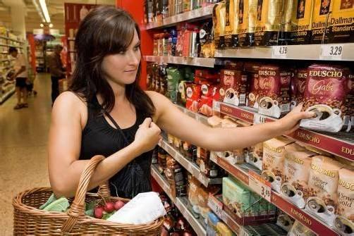 wirtschaft feature einkauf; einkaufen; lebensmittel; supermarkt; sonderangebot; sarah aus bregenz im interspar dornbirn messepark