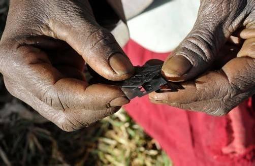 """""""Die Beschneiderinnen verwenden Rasierklingen"""", berichtet Regina Mukama, """"und sie lassen sich für ihre Dienste gut bezahlen."""" Foto: AP"""