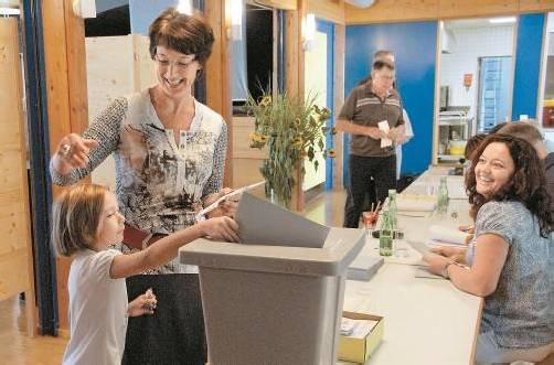417 der 597 wahlberechtigten Schnifner machten gestern von ihrem Wahlrecht Gebrauch und schritten zur Urne. Fotos: Hronek