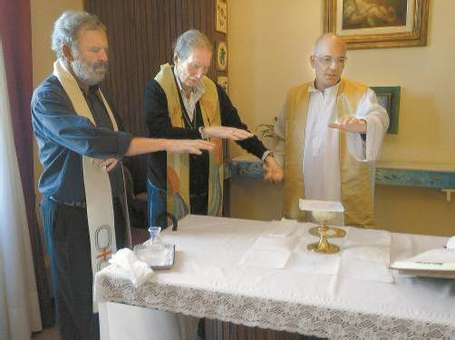 Am Tag des Gesprächs feierte Kardinal Martini (Mitte) gemeinsam mit Georg Sporschill (l.) seinen letzten Gottesdienst. Foto: Konstantin Rhomberg