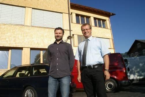 Architekt Walter Beer und Bgm. Armin Berchtold (r.) vor der Schule.