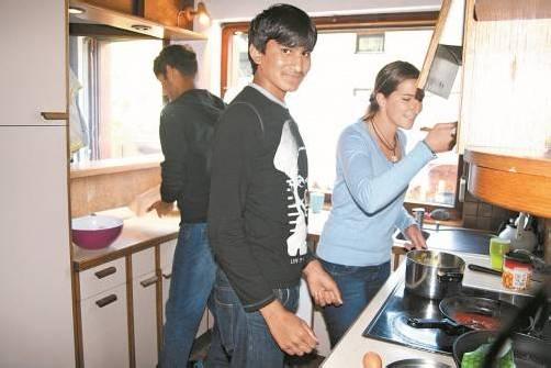 Asad (Mitte) darf Koch werden. Betreuerin Ruth Netzer macht die Probe aufs Exempel . . . und schließt genießerisch die Augen. Fotos: VN/Matt