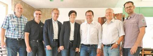 Auf eine gute Zusammenarbeit: Die Geschäftsführer und Prokuristen der neu firmierten Fliesenpool GmbH. Foto: Fliesenpool GmbH