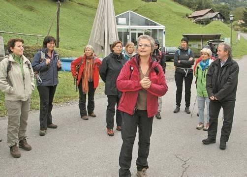 """Aufbruch zum """"Dorfbrunnen-Hadsch"""" mit Evelyn Mennel-Fink.  Hronek"""