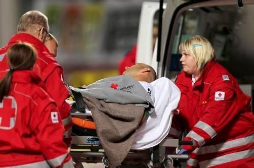Austria-Kapitän Harry Dürr musste mit einer Arterienverletzung am rechten Unterschenkel ins Krankenhaus abtransportiert werden. Foto: gepa