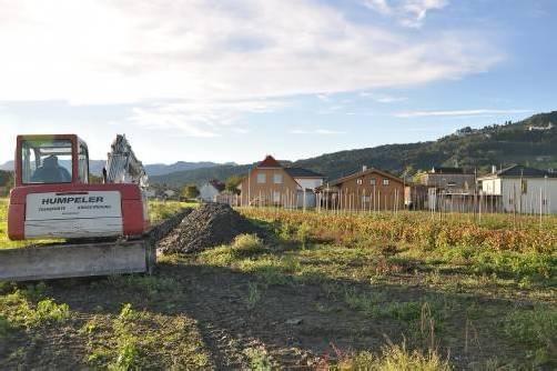 Die Bauarbeiten für die Wasserleitung und den Geh- und Fahrradweg in Gaißau haben Anfang Woche begonnen. Foto: rew