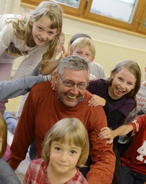 Bei seinen Volksschülern fühlt sich der spätberufene Kinderbetreuer Ulrich Hämmerle wohl. Foto: dietmar stiplovsek