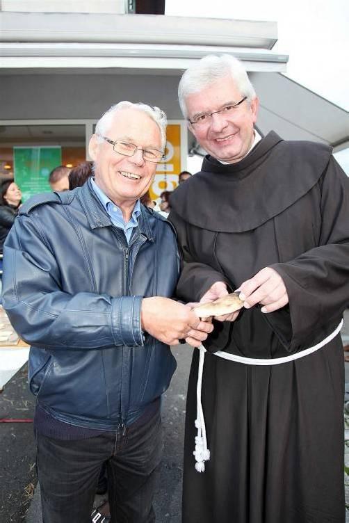 Pfarrer Peter Haas (li.) und sein Nachfolger Pater Adrian.  Foto: mez