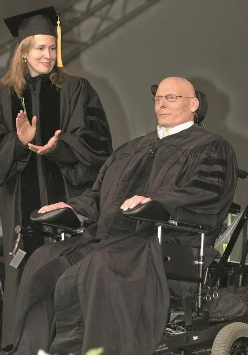Christopher Reeve als College-Ehrenmitglied. Nach seinem Unfall unterstützte er Forschungsprojekte. Foto: ap