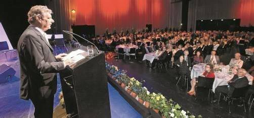 Das Publikum bedachte den neuen Russ-Preis-Träger Dr. Gebhard Mathis mit verdientem Applaus. Er selbst nahm die besondere Auszeichnung sichtlich stolz und auch gerührt entgegen.