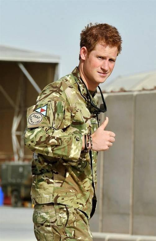 Daumen hoch: Prinz Harry bei seiner Ankunft in Afghanistan. Foto: EPA