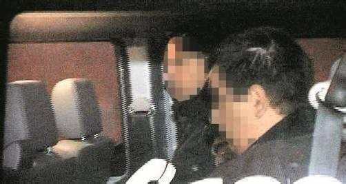 Der 29-jährige Tatverdächtige (im Vordergrund) ließ sich widerstandslos von der Polizei festnehmen. Foto: D. Mathis