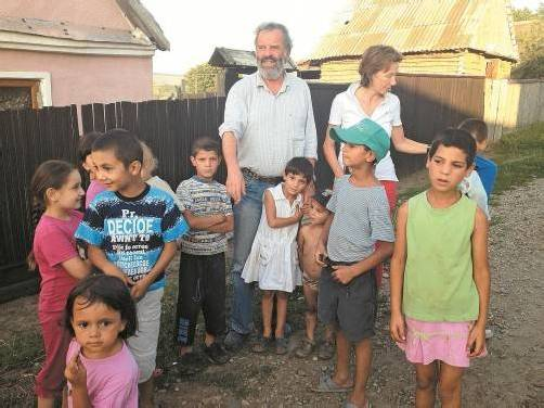 Der Feldkircher Jesuitenpater Georg Sporschill betreut derzeit Roma-Familien im Herzen Rumäniens. Vorarlberger Volontäre helfen ihm dabei. Foto: Zenker