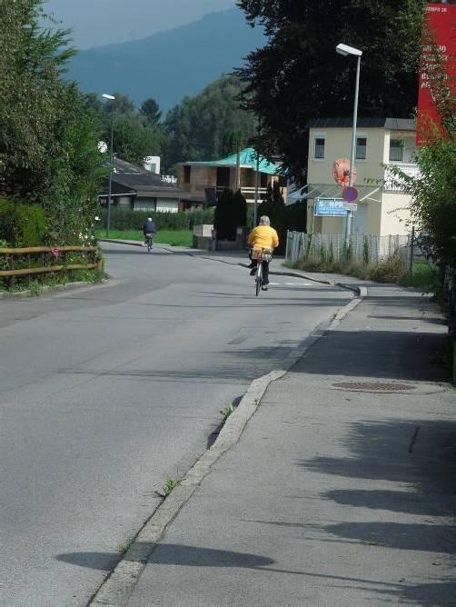 Der Straßenabschnitt bedarf einer größeren Sanierung. Foto: cth