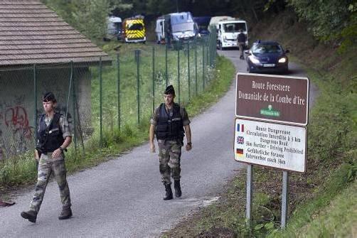 Der Tatort des brutalen Vierfachmordes im französischen Annecy ist immer noch weiträumig abgesperrt. Foto: AP