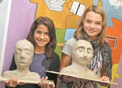 Der VKS unterstützte im vergangenen Jahr auch dieses Projekt finanziell: Schüler der VMS Zwischenwasser (im Bild Anna Lena und Vanessa) gestalteten mit einer Kunststudentin Porträts aus Ton. Foto: SIE